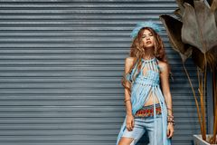 Stile grazioso di hippy di boho della giovane donna del ritratto di modo Immagini Stock