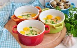 Stile italiano, uova al forno con la mozzarella e cipolla verde, Immagini Stock Libere da Diritti