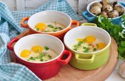 Stile italiano, uova al forno con la mozzarella e cipolla verde, Fotografia Stock
