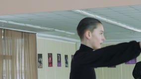 Stile latino ballante dell'uomo Movimento lento archivi video