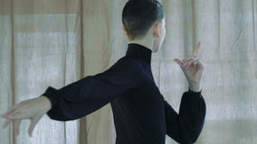 Stile latino ballante dell'uomo Movimento lento stock footage