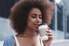 Stile libero della giovane donna sui clo beventi di seduta del caffè della via immagini stock
