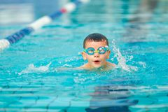 Stile libero di nuoto del ragazzo Immagini Stock Libere da Diritti