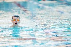 Stile libero di nuoto del ragazzo Immagine Stock