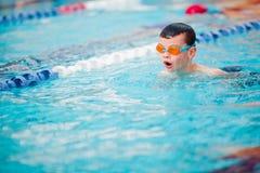 Stile libero di nuoto del ragazzo Immagini Stock