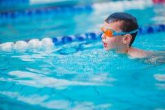 Stile libero di nuoto del ragazzo Fotografie Stock Libere da Diritti