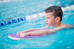 Stile libero di nuoto del ragazzo Fotografia Stock