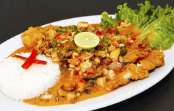 Stile macho fritto culinario peruviano dello del pesce A con la salsa di frutti di mare Fotografie Stock Libere da Diritti