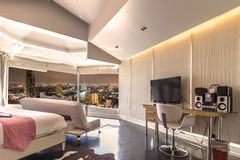 Stile moderno della camera da letto con l'alta vista della città di Bangkok Fotografie Stock