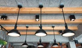 Stile moderno della lampada a sospensione nella sala fotografia stock libera da diritti