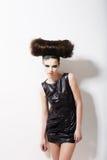 Stile moderno. Modello di moda affascinante divertente con Coiffure punk. Creatività Fotografia Stock Libera da Diritti