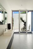 Stile moderno, stanza da bagno Immagine Stock