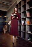 Stile rosso di modo del vestito di vestito dalla lana di usura di signora di affari della donna Immagini Stock