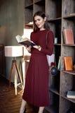 Stile rosso di modo del vestito di vestito dalla lana di usura di signora di affari della donna Fotografie Stock Libere da Diritti