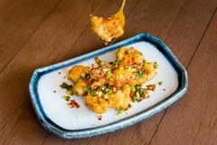 Stile tailandese caldo e piccante del calamaro fritto dell'alimento fotografia stock