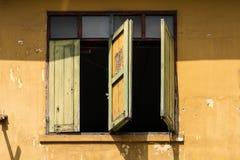 Stile tailandese delle vecchie finestre di legno tradizionali Immagine Stock Libera da Diritti