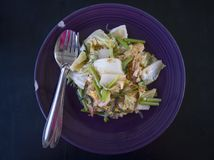 Stile tailandese Fried Suki in piatto porpora con la forchetta ed il cucchiaio fotografia stock