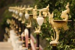 Stile tailandese tradizionale delle lanterne dorate del cigno immagini stock