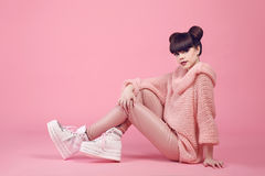 Stile teenager di sguardo dello studio di modo in scarpe Ragazza alla moda fotografia stock