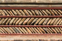 Stile tibetano tradizionale della parete di pietra, progettazione di zigzag fotografia stock libera da diritti