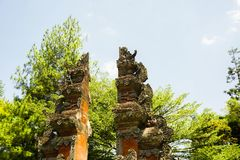 Stile tradizionale del portone di Bali con luce solare su estate e sul fondo verde dell'albero - foto Indonesia bogor immagini stock