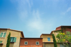 Stile variopinto e cielo blu edificio di Venezia Immagine Stock