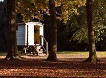 Stile zingaresco del caravan di legno in Autumn Woods fotografia stock libera da diritti