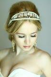 Stileerde de elegantie jonge vrouw het Grieks op grijze close-up als achtergrond Stock Afbeelding