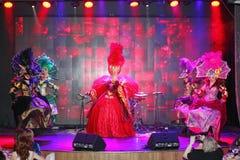Stilen av den parisiska kabareten På etapp i en utstyrselstycke av premiärministern för musikalisk teater Royaltyfria Bilder