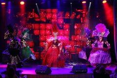Stilen av den parisiska kabareten På etapp i en utstyrselstycke av premiärministern för musikalisk teater Royaltyfri Fotografi