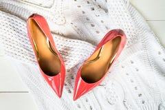 Stilett-Schuhe oder weißer Strickjacke der Absatz- und stockbild