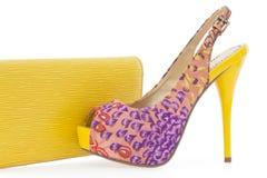 Stilettschuh der gelben Frauen mit abgleichender Tasche Lizenzfreies Stockbild