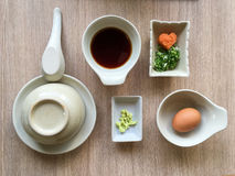 Stilfull äta middag fastställd ordning för shabushabu med sås och smaktillsatser Arkivbilder