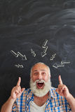 Stilfull åldrig man i fröjd av att ha kläckning av ideer Arkivbild