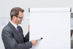Stilfull affärsman som ger en presentation arkivfoto