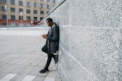 Stilfull afrikansk amerikanhipster utomhus fotografering för bildbyråer
