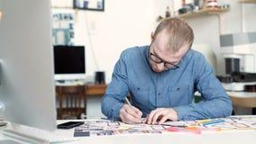 Stilfull arkitekt som arbetar på ritning stock video