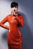 Stilfull arrogant kvinna i röd klänning. Modestil Fotografering för Bildbyråer