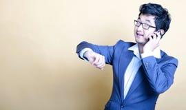 Stilfull asiatisk man på telefonen Arkivfoto
