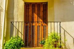 Stilfull balkong med en metallräcke, fasta arkitektoniska elemen Royaltyfri Bild