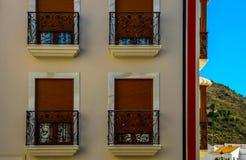 Stilfull balkong med en metallräcke, fasta arkitektoniska elemen Royaltyfri Fotografi