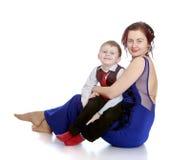 Stilfull barnmoder som rymmer hennes älskade son Arkivbilder