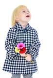 Stilfull blond liten flicka i ett rutigt lag Royaltyfri Bild