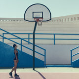 Stilfull blondin på basketdomstolen Royaltyfri Foto