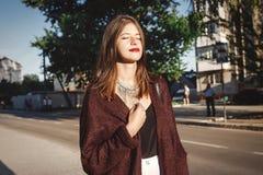 Stilfull bohemisk flicka med moderna smycken och trendig blick gå i aftonsommarstad Koppla av för flicka för lycklig boho bekymme arkivfoton