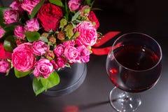 Stilfull bukett av rosa och röda rosor och det röda bandet i en circul Fotografering för Bildbyråer