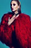 Stilfull byltemodell för mode i pälslag fotografering för bildbyråer