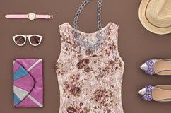 Stilfull dam Outfit för mode Stads- väsentlighetuppsättning royaltyfri foto