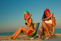 Stilfull damtoalett på havet med vattenmelonen Royaltyfri Bild
