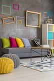 Stilfull dekor av vardagsrum arkivbild